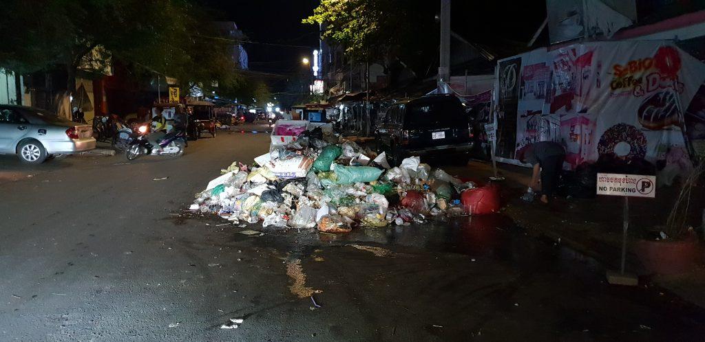 Stinkender Müllberg mitten auf der Straße