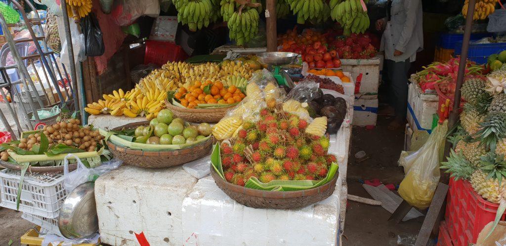 Frisch geerntete Litschis und andere leckere Früchte auf dem Markt