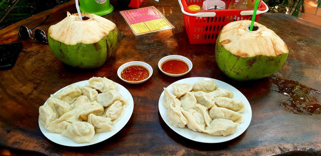 Dumplings und frische Kokosnüsse im Ecran Noodles in Kampot