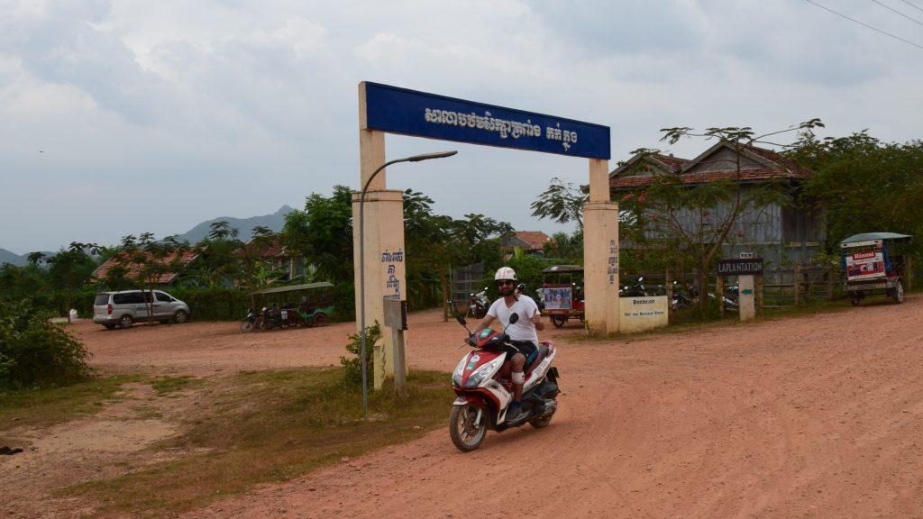 Melik auf dem Roller vor La Plantation in Kampot