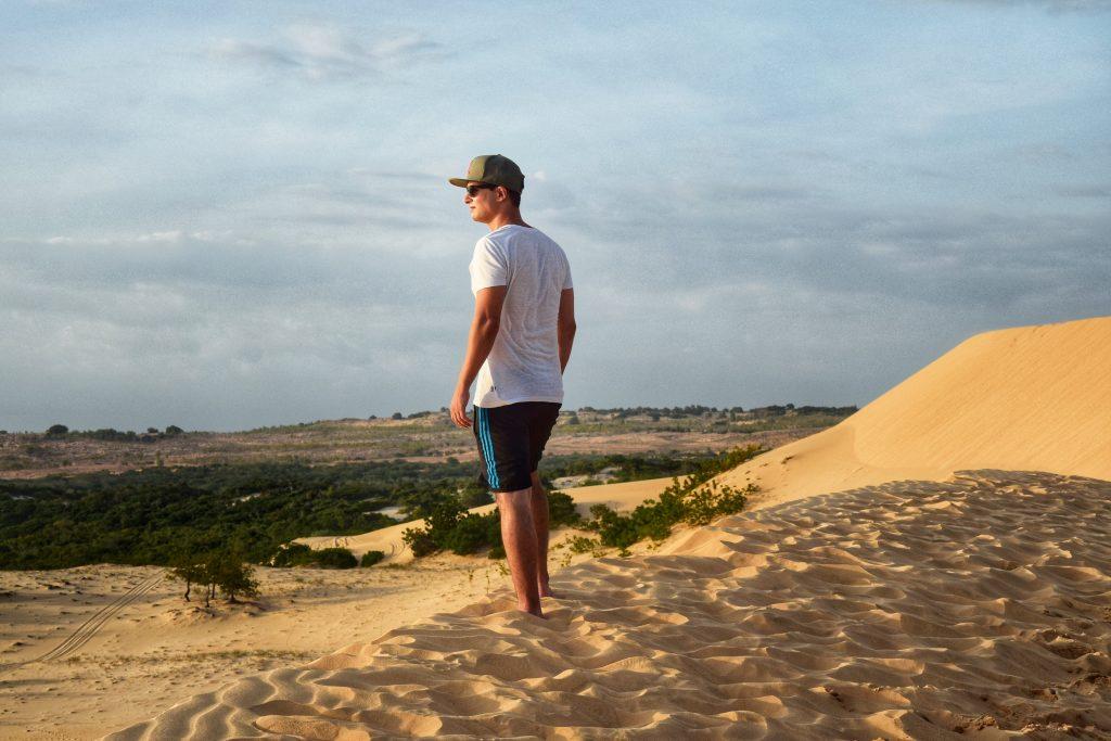Melik genießt die Aussicht von den Dünen