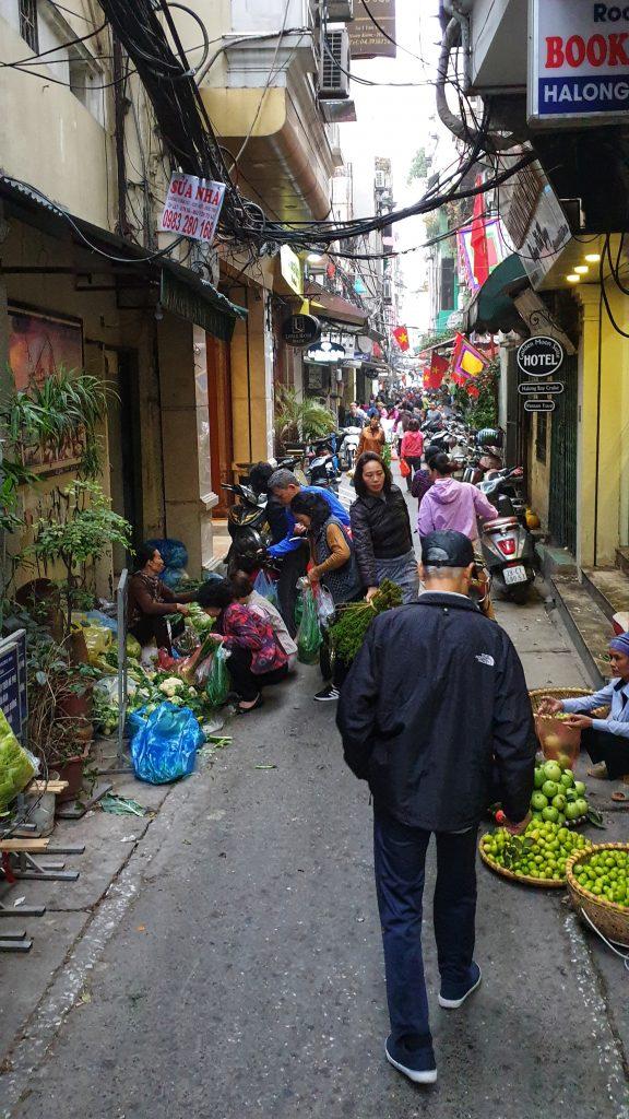 Morgendlicher Markt in der Gasse vor unserem Hotel in Hanoi