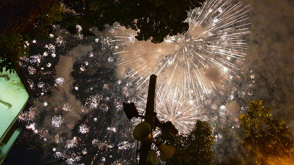 Hell erleuchteter Himmel über Hanoi