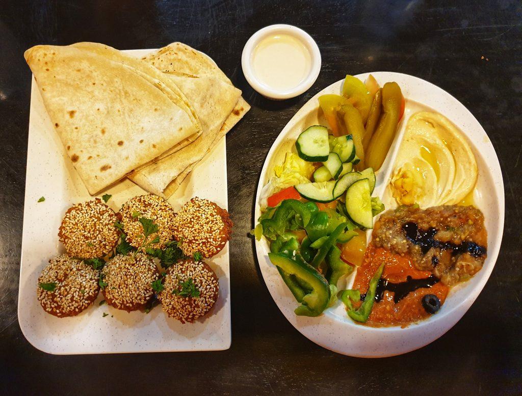 Falafel und vegetarische Vorspeisenplatte im syrischen Restaurant