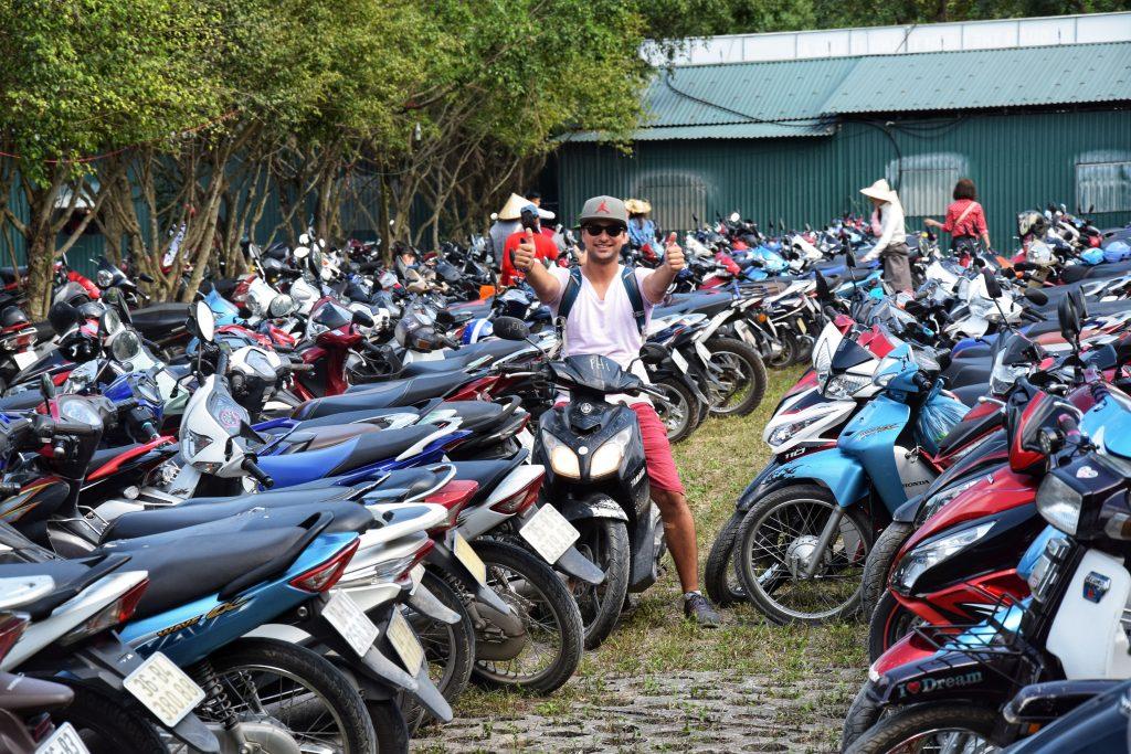 Endlich hatten wir unseren Roller auf dem Parkplatz von Trang An gefunden